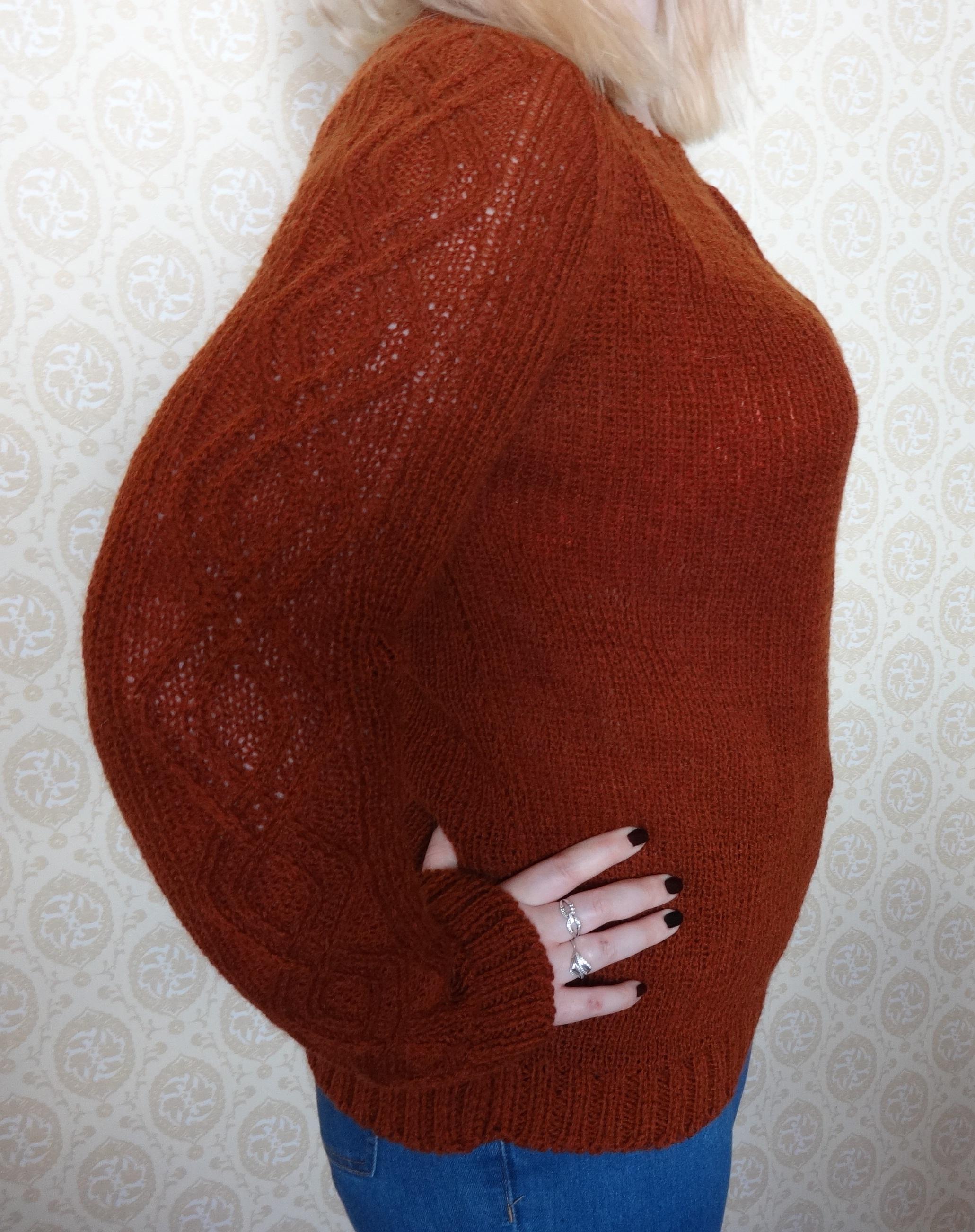 пуловер с ромбами на рукавах