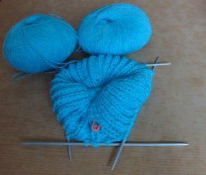 шапка такори спицами в процессе вязания. фото