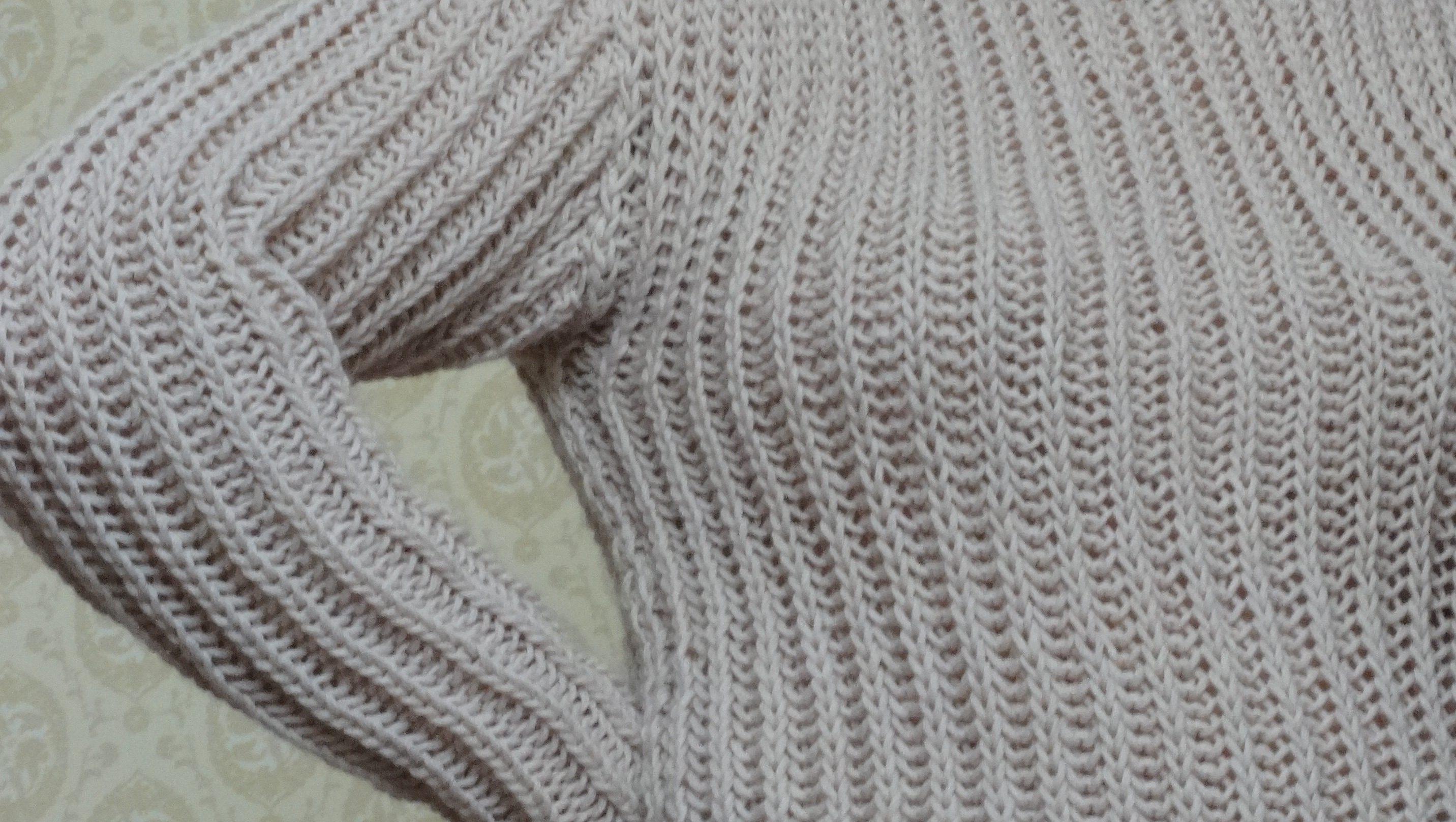 Женская тёплая шапка связанная спицами.
